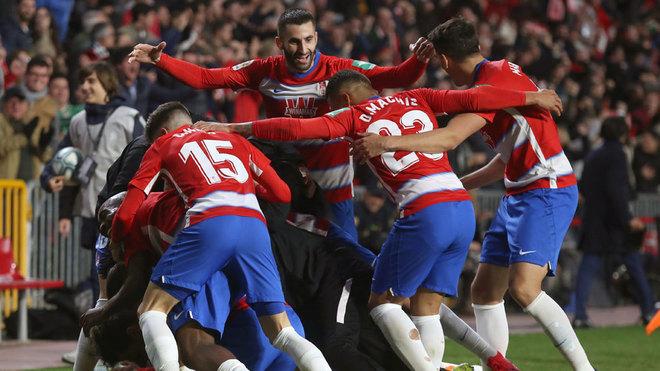 El Granada celebra el gol de Carlos Fernández que decidió el partido...