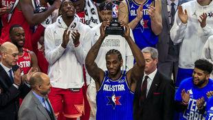 Kawhi Leonard con el trofeo al MVP