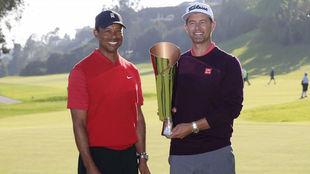 Scott recibe el trofeo de manos de Tiger, anfitrión del torneo.