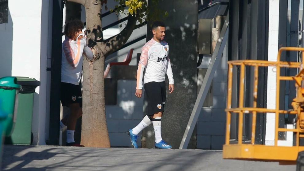 Coquelin sale al entrenamiento del Valencia en Paterna este lunes.