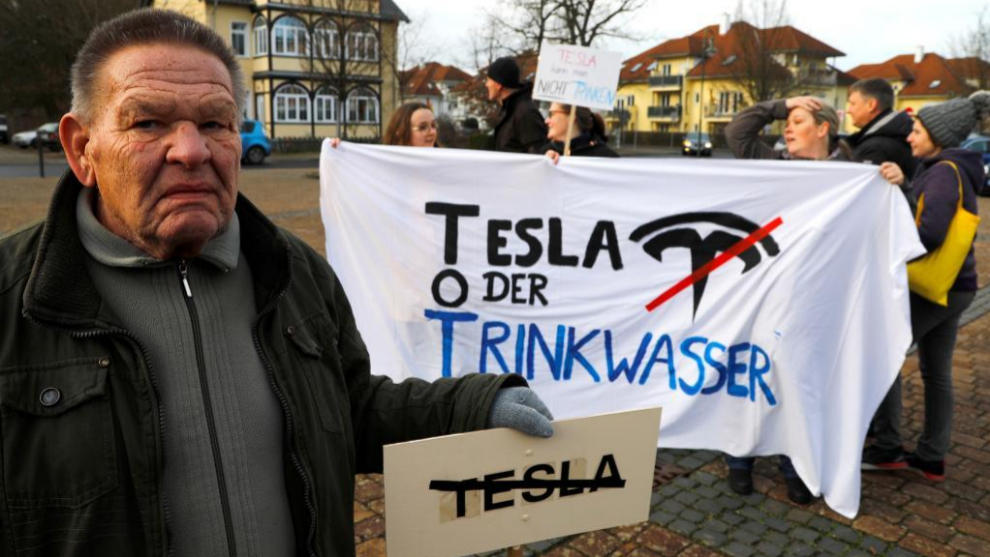 Manifestantes ecologistas contra la instalación de Tesla en Berlín
