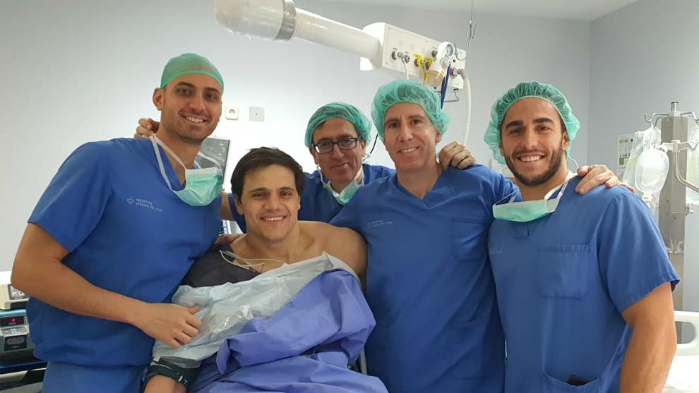 Márquez, junto al equipo médico que realizó la intervención
