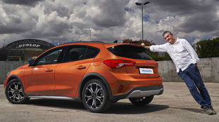 Guillermo Fesser posa con el Ford Focus Active.