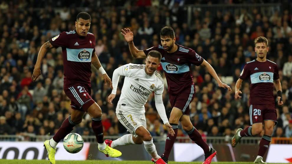 Néstor Araaujo, con Eden Hazard, en el partido del Celta ante el Real...