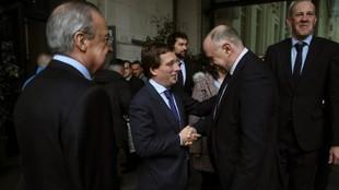 Pablo Laso saluda a José Luis Martínez Almeida, alcalde de Madrid.