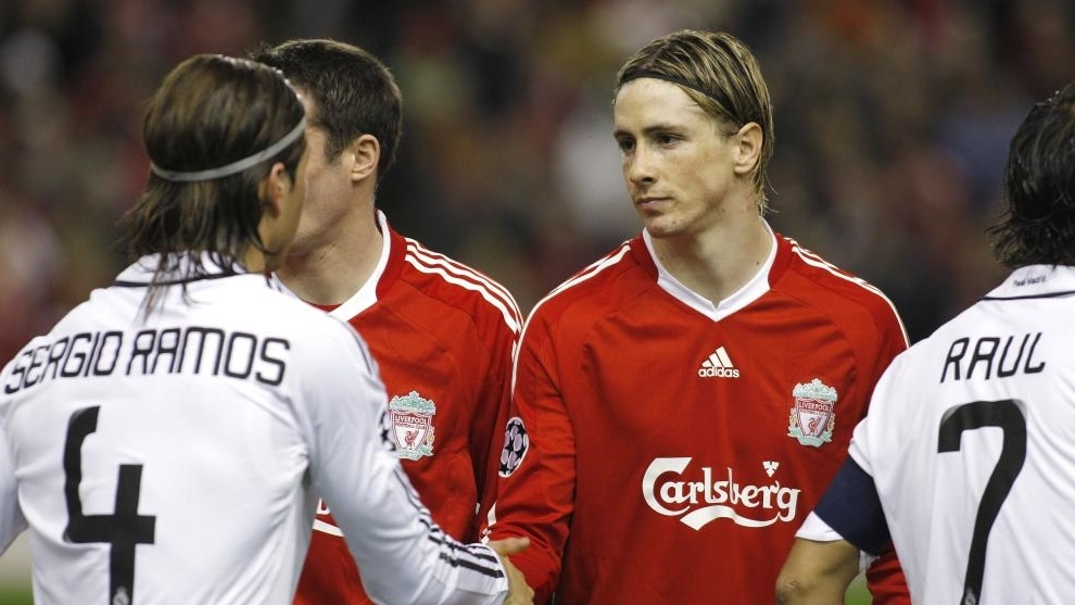 Fernando Torres y Sergio Ramos se saludan durante un partido