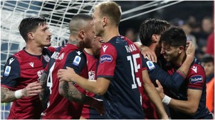Los jugadores del Cagliari celebran un gol contra el Parma.
