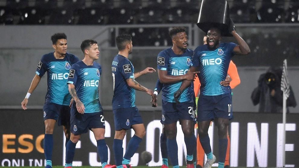 Marega celebra su gol con un asiento que le lanzaron desde la grada