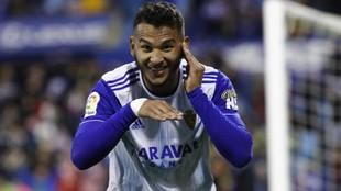 Luis Suárez celebra un gol con el Zaragoza esta temporada.