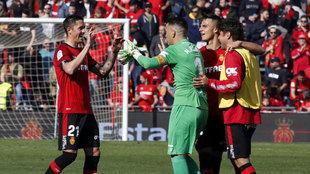 Los jugadores del Mallorca celebran la victoria sobre el Alavés.