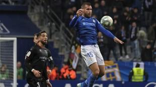 Ortuño controla un balón durante el partido frente al Huesca.