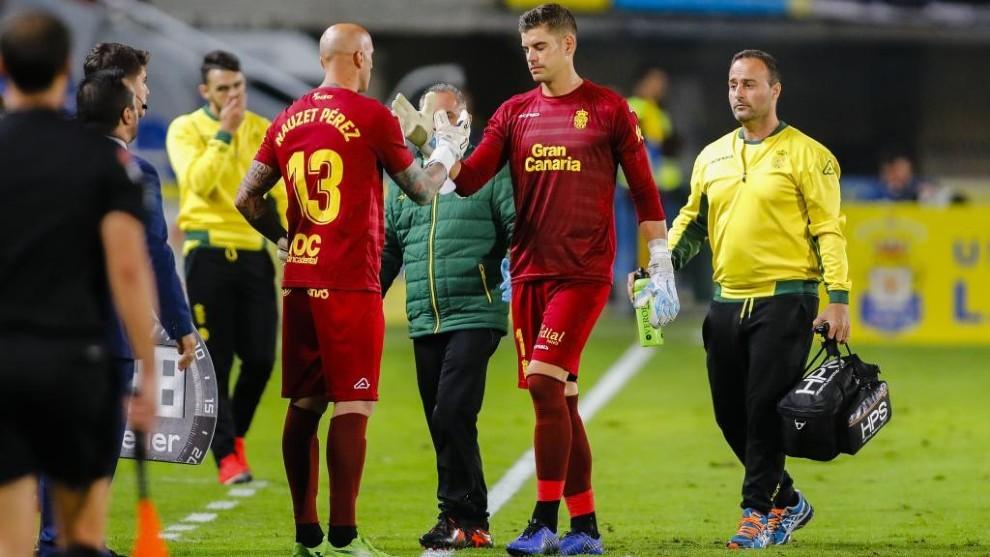 Raúl Fernández se retira tras caer lesionado.