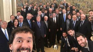Sergio Llull realizó su tradicional selfie durante la visita del...