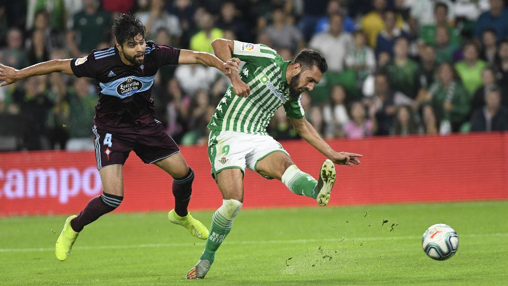 Borja Iglesias chuta a puerta en un partido del Betis.