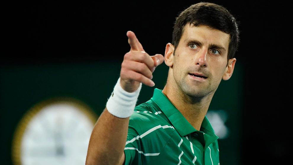 Novak Djokovic juega reta de tenis con niños de su cuadra