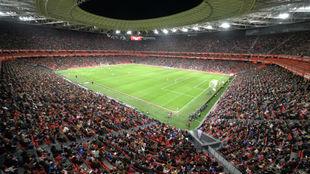 Plano general de San Mamés durante un partido del Athletic Club...
