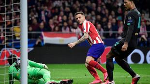 Saúl marca el primer gol del partido.