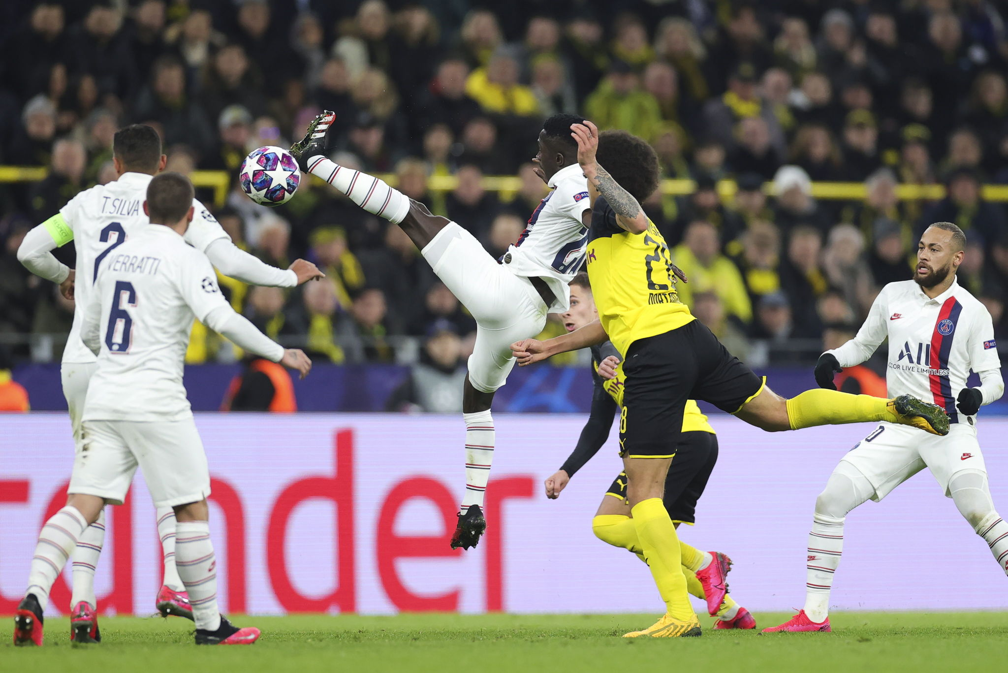 Dortmund (Germany), 18/02/2020.- PSGs Idrissa lt;HIT gt;Gueye lt;/HIT gt; (C) in action against Dortmunds Axel Witsel (2-R) during the UEFA Champions League round of 16 first leg soccer match between Borussia Dortmund and Paris Saint-Germain in Dortmund, Germany, 18 February 2020. (Liga de Campeones, Alemania, Rusia) EFE/EPA/FRIEDEMANN VOGEL