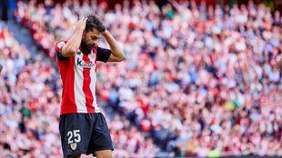 Villalibre se lamenta de una acción en el partido ante Osasuna.