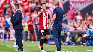 Ibai saluda a Garitano tras ser sustituido ante el Valencia en San...