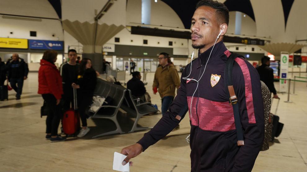 El sevillista Fernando Reges (32), en el aeropuerto de San Pablo.