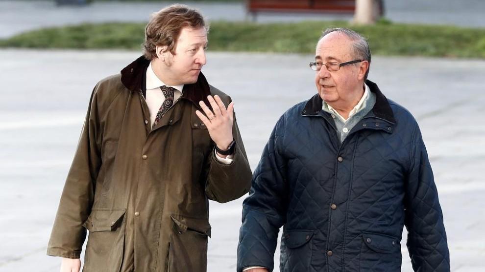 Ángel Vizcay a su llegada al juzgado acompañado de su abogado.