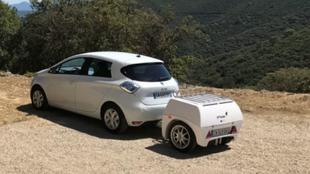 Un Renault Zoe eléctrico con un EP Tender acoplado