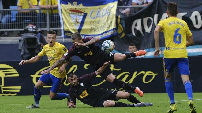 Jugadores de Sporting y Gijón, durante el partido de la primera...