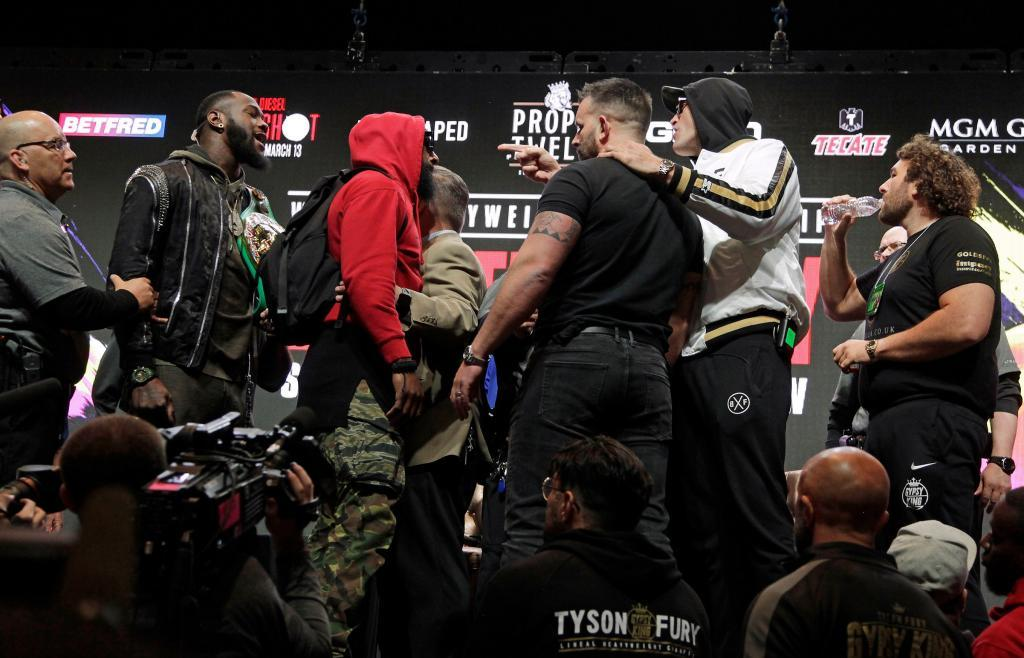 Deontay Wilder y Tyson Fury se 'pelean' previo al pesaje