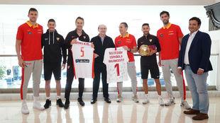 Los representantes del Sevilla y de España, con Castro y Scariolo a...