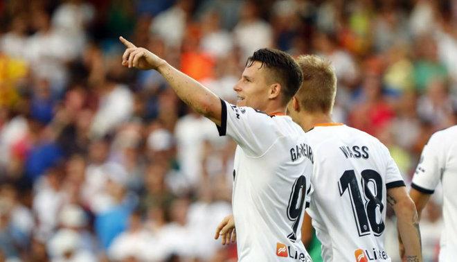 Gameiro celebra el primer gol de la Liga marcado a la Real Sociedad en...