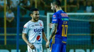 Gignac encara a un jugador del Alianza.
