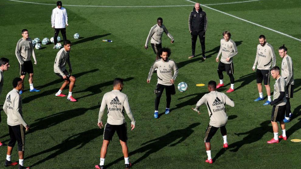 Zidane oversees a rondo session at Valdebebas