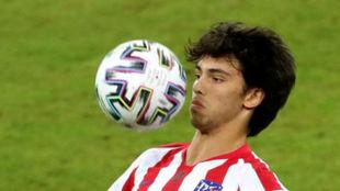 Joao controla el balón en un partido del Atlético.