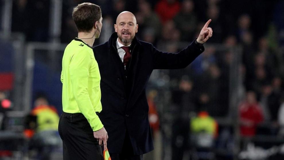 Ten Hag protesta una acción al árbitro asistente.