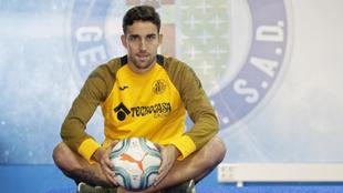 Jaime Mata posa con un balón durante una entrevista