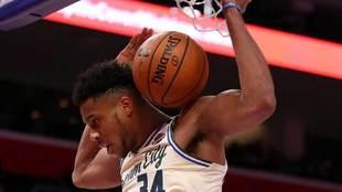 Giannis Antetokounmpo machaca el aro de los Pistons
