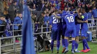Los jugadores del Getafe celebran uno de los dos goles ante el Ajax.