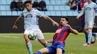 Sergio Álvarez intenta robar el balón a Fran Beltrán.