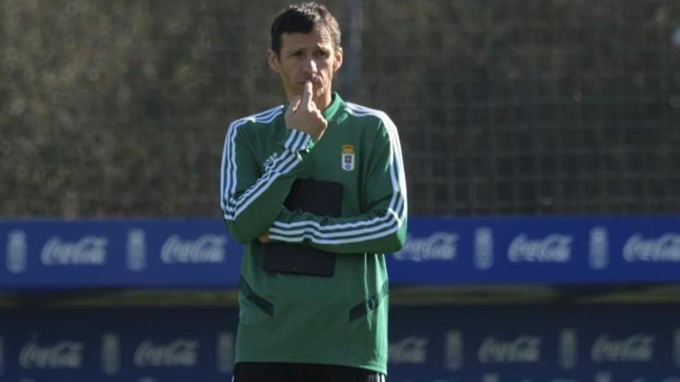 Ziganda observa a sus jugadores durante un entrenamiento en El...