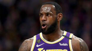 LeBron James suspira durante un partido este año.