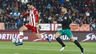Olaortua persigue a Juan Muñoz en un partido ante el Sporting.