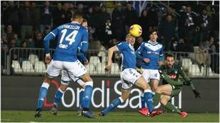 Fabián Ruiz dispara a puerta contra el Brescia.