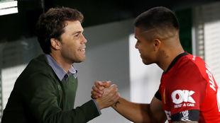 Rubi saluda a Cucho Hernández antes del partido.