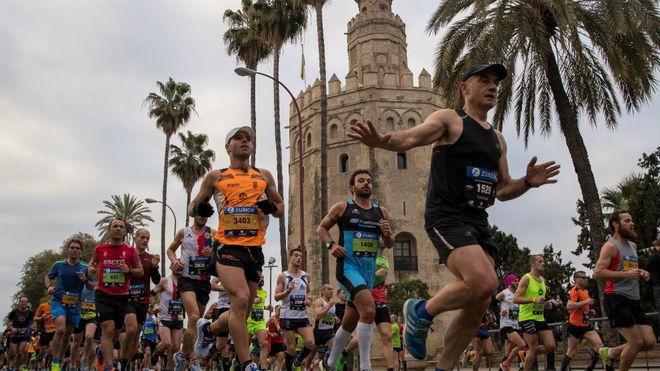 Decenas de atletas, durante el maratón de Sevilla