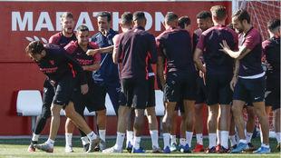 Los jugadores sevillistas felicitan a Franco Vázquez (31) por su...