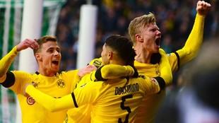 Haaland celebra junto a sus compañeros el gol al Werder Bremen