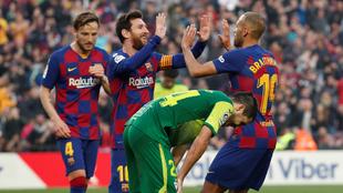 Messi festeja con Braithwaite, quien debutó y le dio una asistencia.