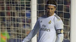 Sergio Ramos se lamenta durante un momento del partido.