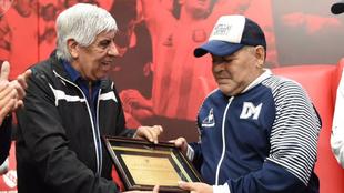 Diego Maradona recibió un reconocimiento del Independiente.